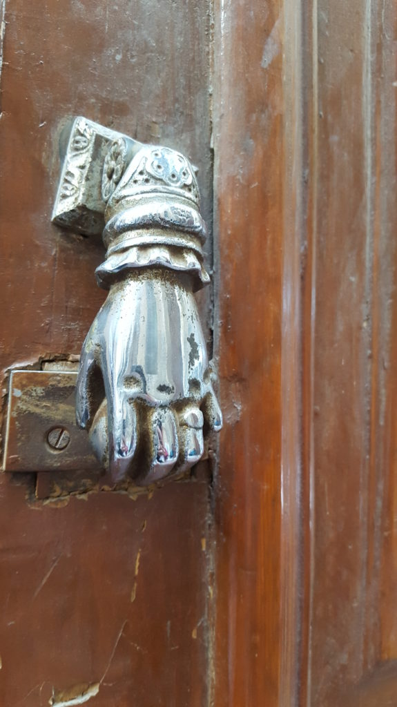مطرقة على باب كنيسة الملاك غبريال بعابدين