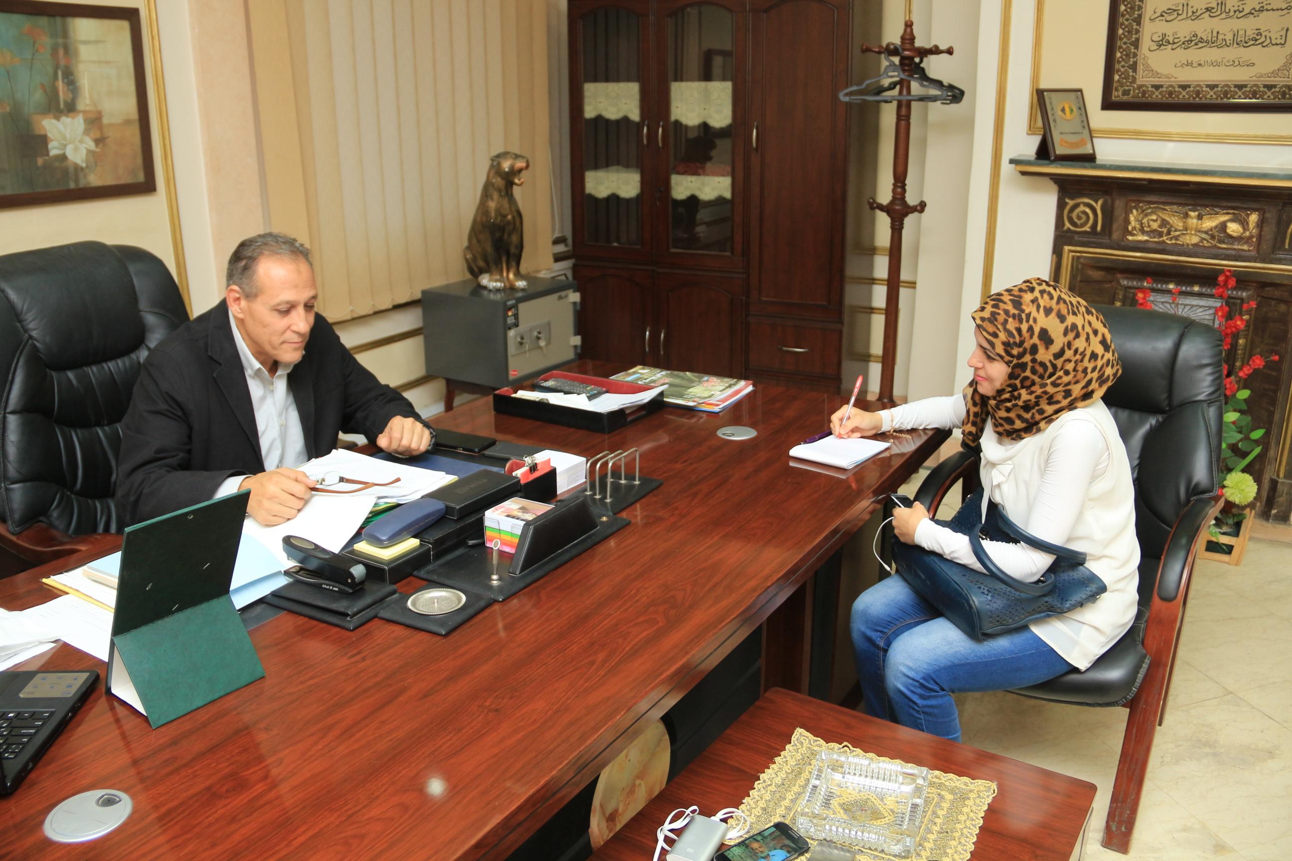 هشام خشبة رئيس حي غرب القاهرة أثناء الحوار