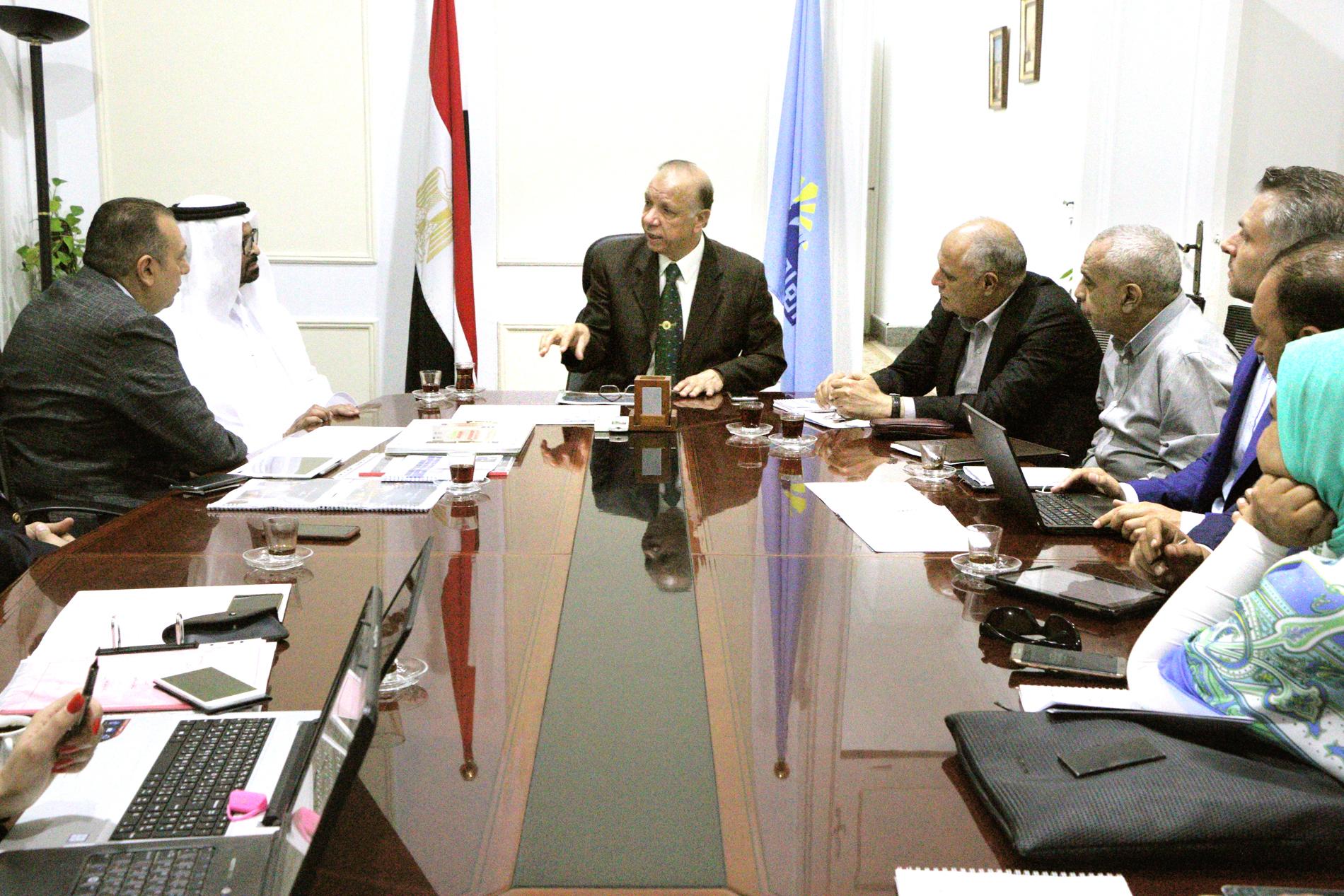 المهندس عاطف عبد الحميد محافظ القاهرة أثناء الاجتماع اليوم