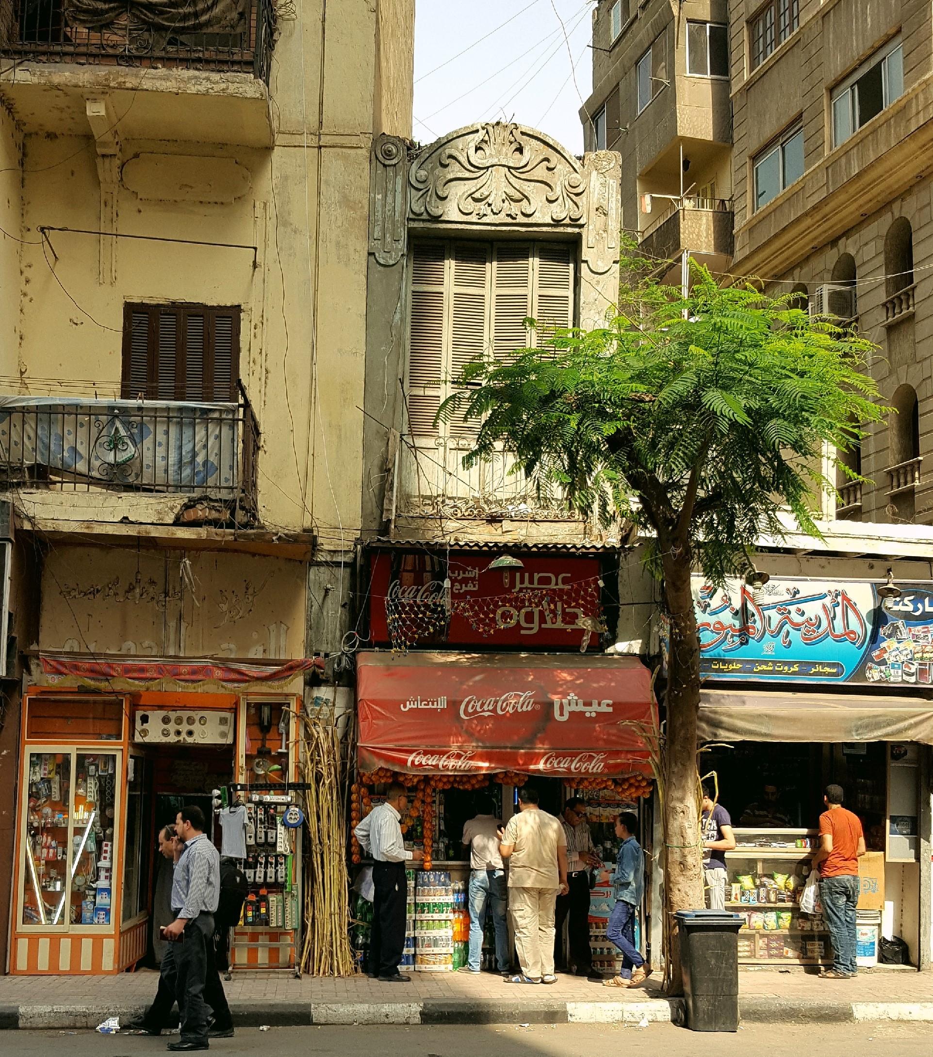 مبنى صغير بين عمارات عملاقة للتجارة والراحة في شارع الجمهورية - تصوير: ميشيل حنا