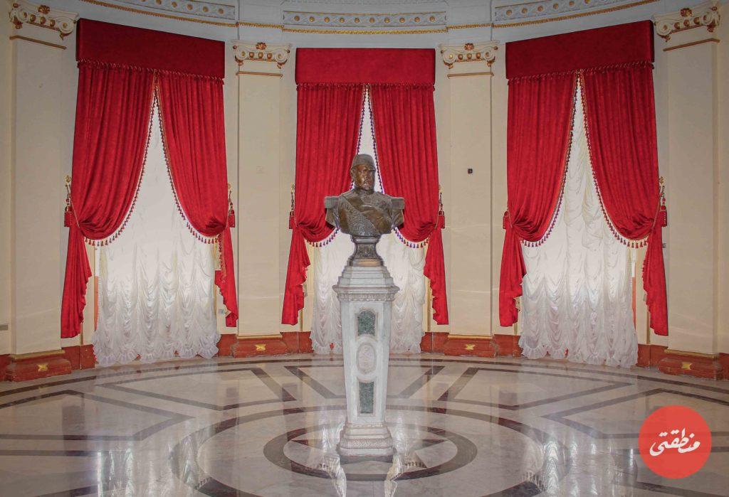 التمثال النصفي للخديوي إسماعيل يزين ساحة متحف البريد المصري - تصوير: صيديق البخشونجي