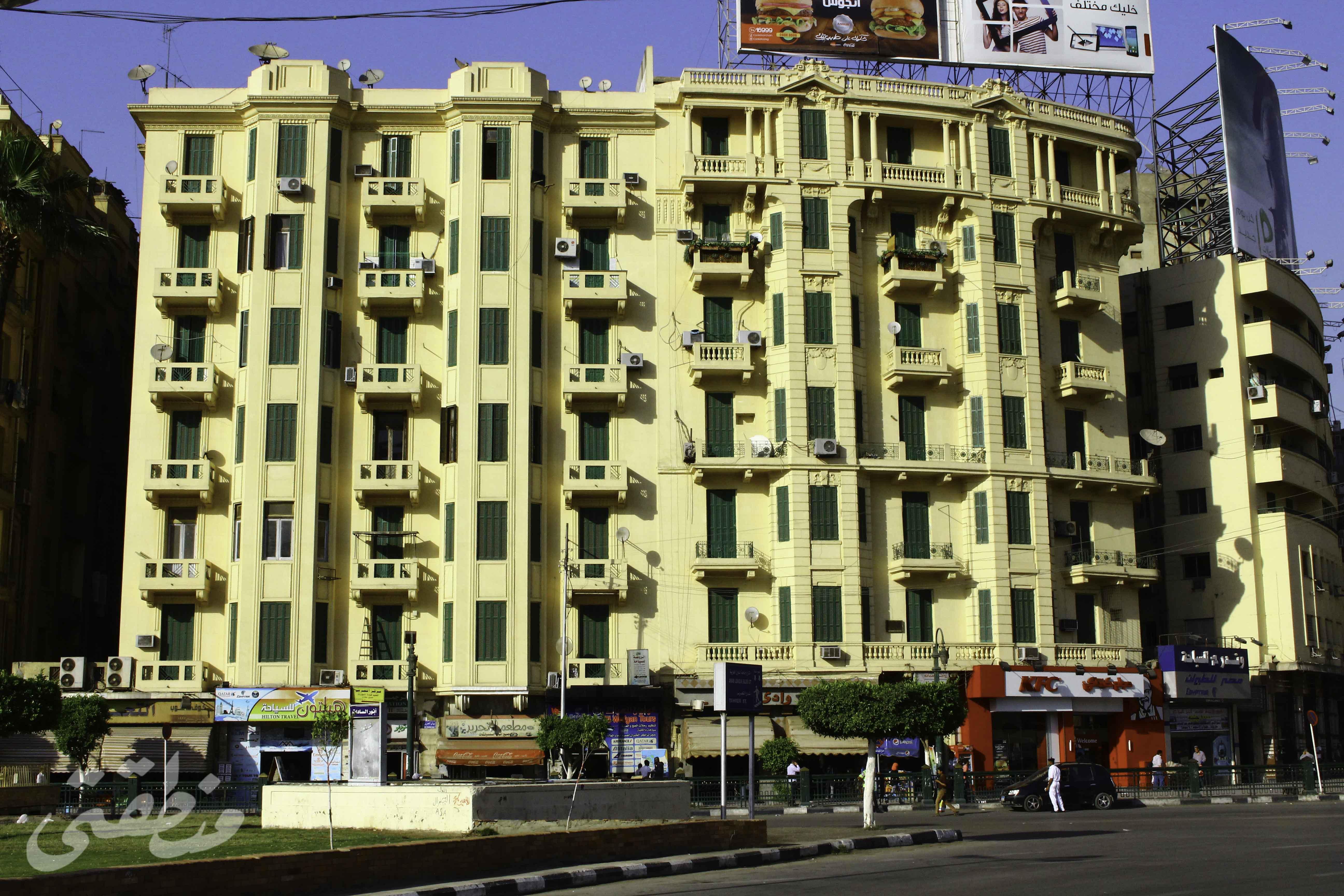 عمارتين يونانيتين في ميدان التحرير - تصوير: صديق البخشونجي