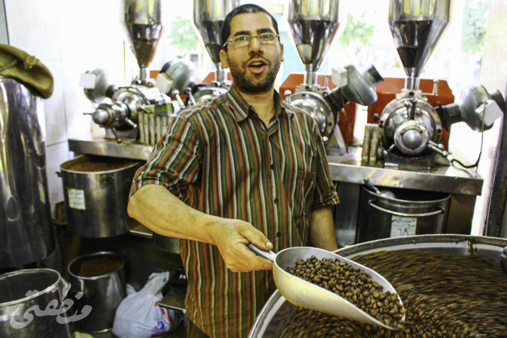 """عام 1925 أسس مجموعة من الإيطاليين المقيمين بمصر محل """"وردة اليمني"""" بمقره الحالي في """"باب اللوق""""، والذي يُعد أقدم محلات بيع القهوة في وسط البلد كلها، وفي عام 1966 اشتراه محمد نظمي ليواصل إدارته حتى وفاته ومن بعده أولاده. - تصوير - صديق البخشونجي"""