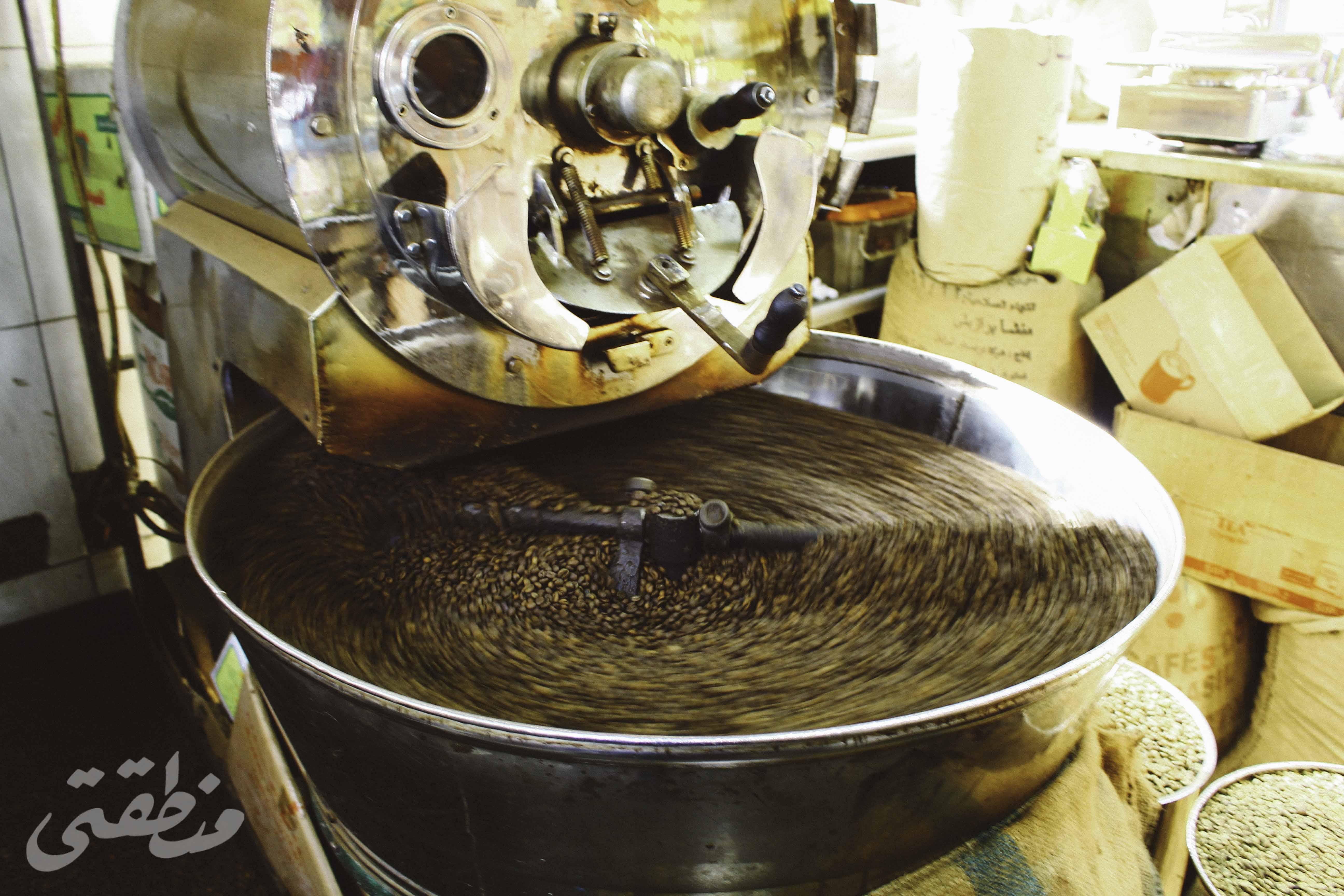 حبوب القهوة أثناء تجهيزها - تصوير - صديق البخشونجي