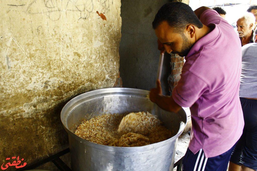 اثناء إعداد الطعام بإحدى موائد الرحمن - تصوير: صديق البخشونجي