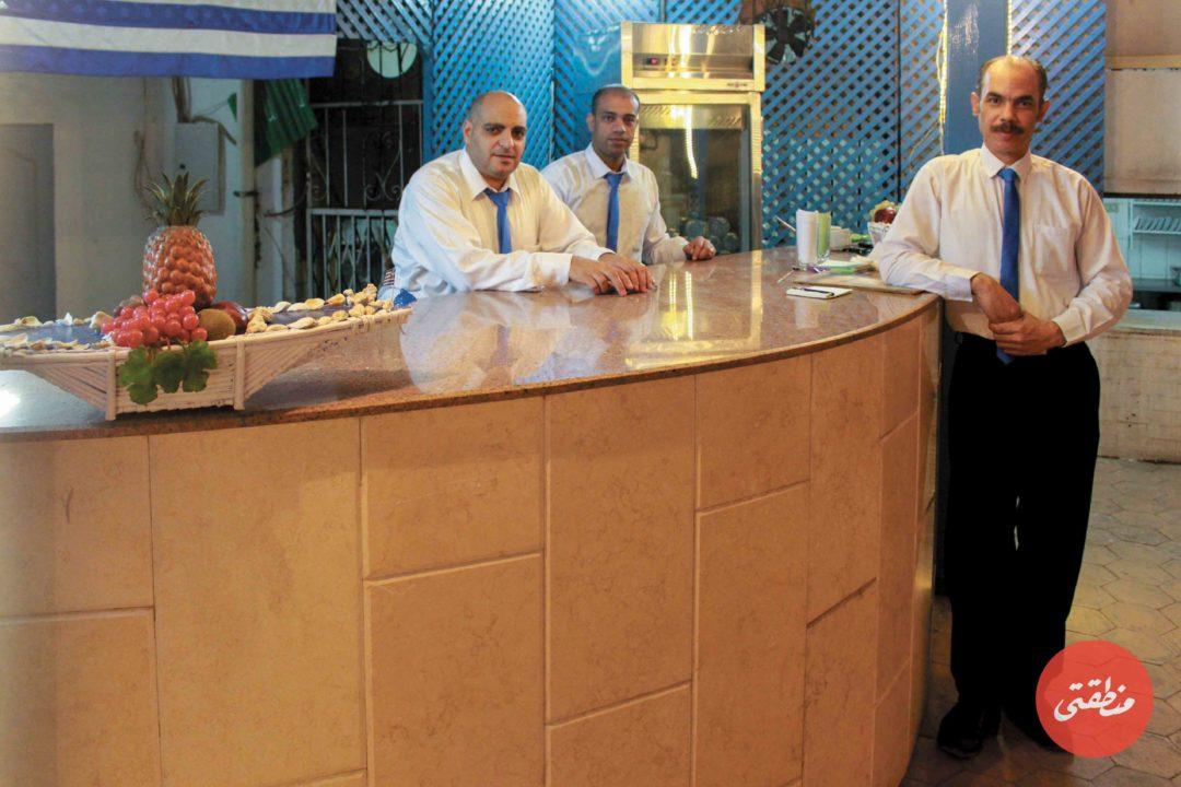 جانب من العاملين في النادي اليوناني - تصوير: صديق البخشونجي