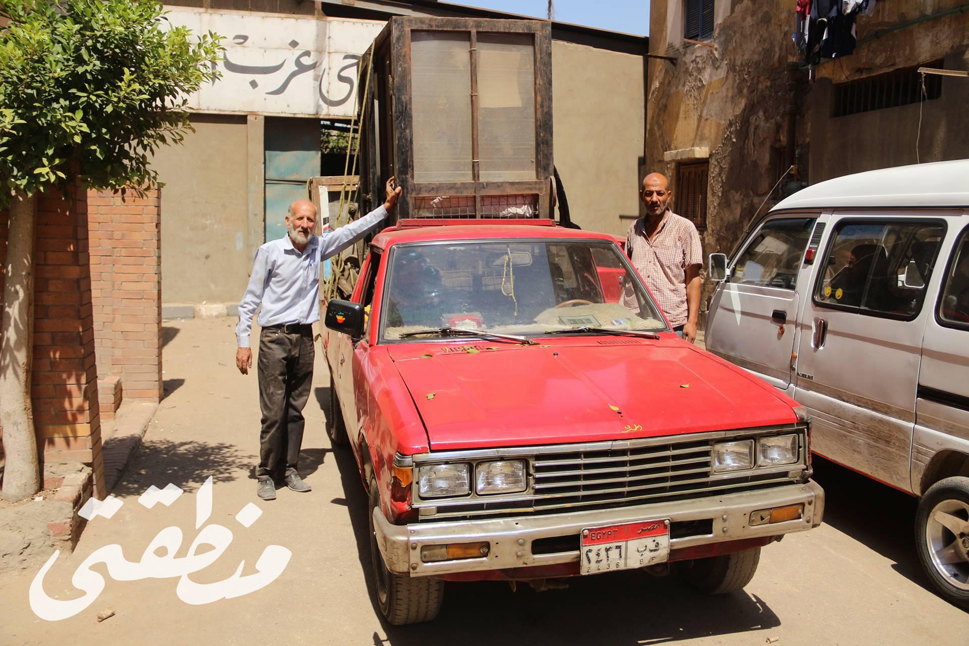 عم محمد وردة أثناء تسلمه الكشك الخاص به من مخازن حي غرب صباح اليوم - تصوير: صديق البخشونجي
