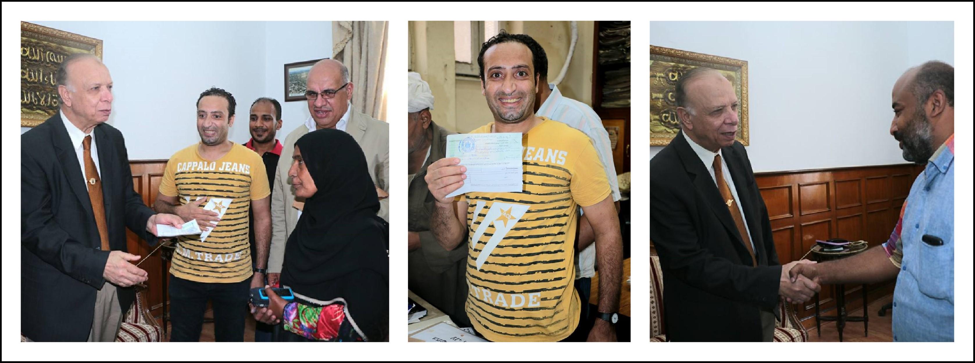 محافظ القاهرة أثناء تسليم بعض أهالي مثلث ماسبيرو المرحلة الأولى من التعويضات المالية نظير إخلاءهم للمنطقة