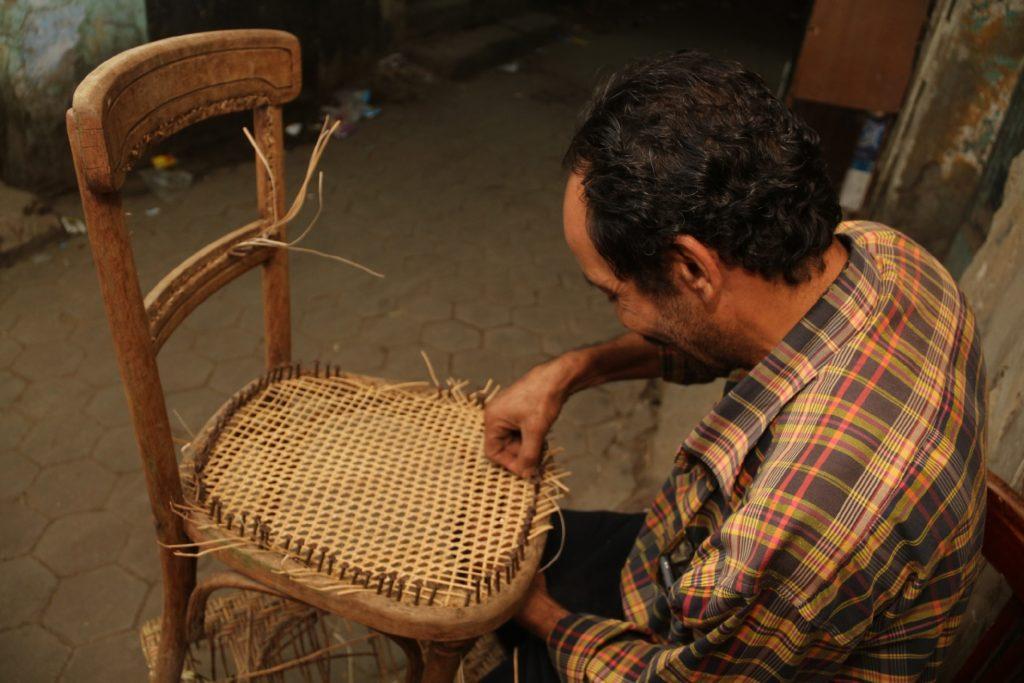 مدحت عبده أثناء إصلاح كرسي من البامبو