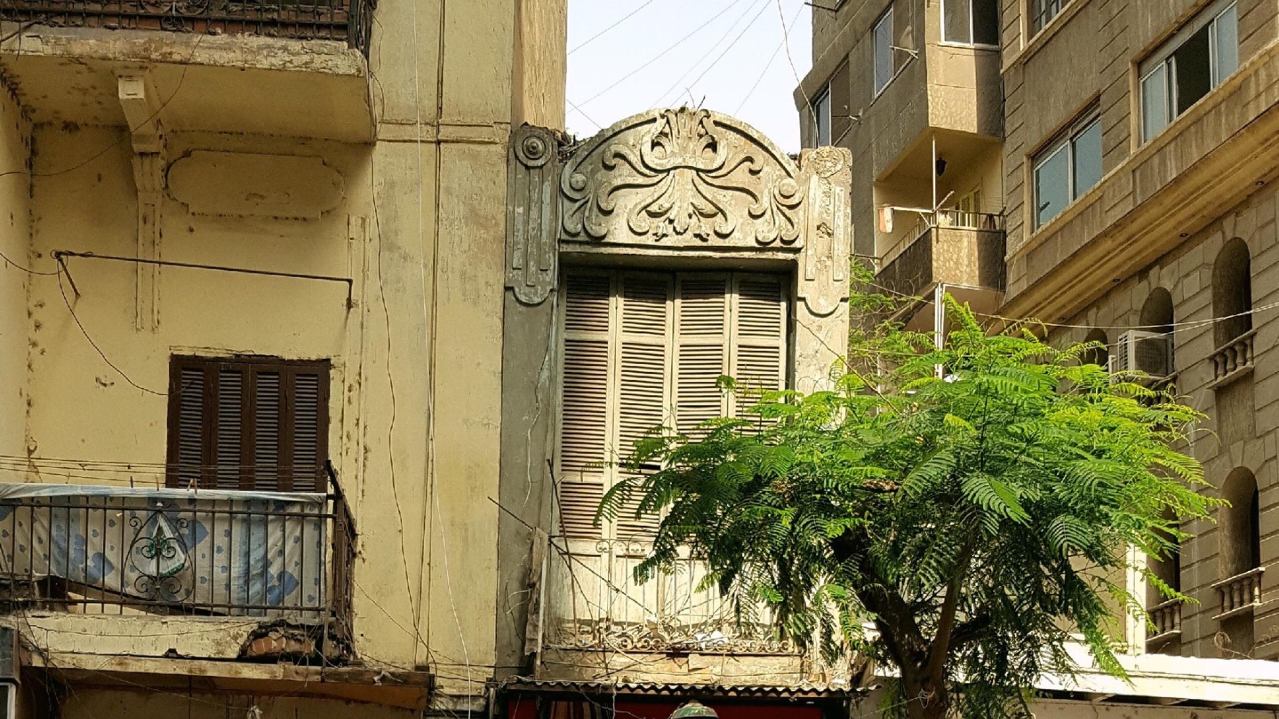 مبنى صغير بين عمارات عملاقة للتجارة والراحة في شارع الجمهورية - تصوير ميشيل حنا