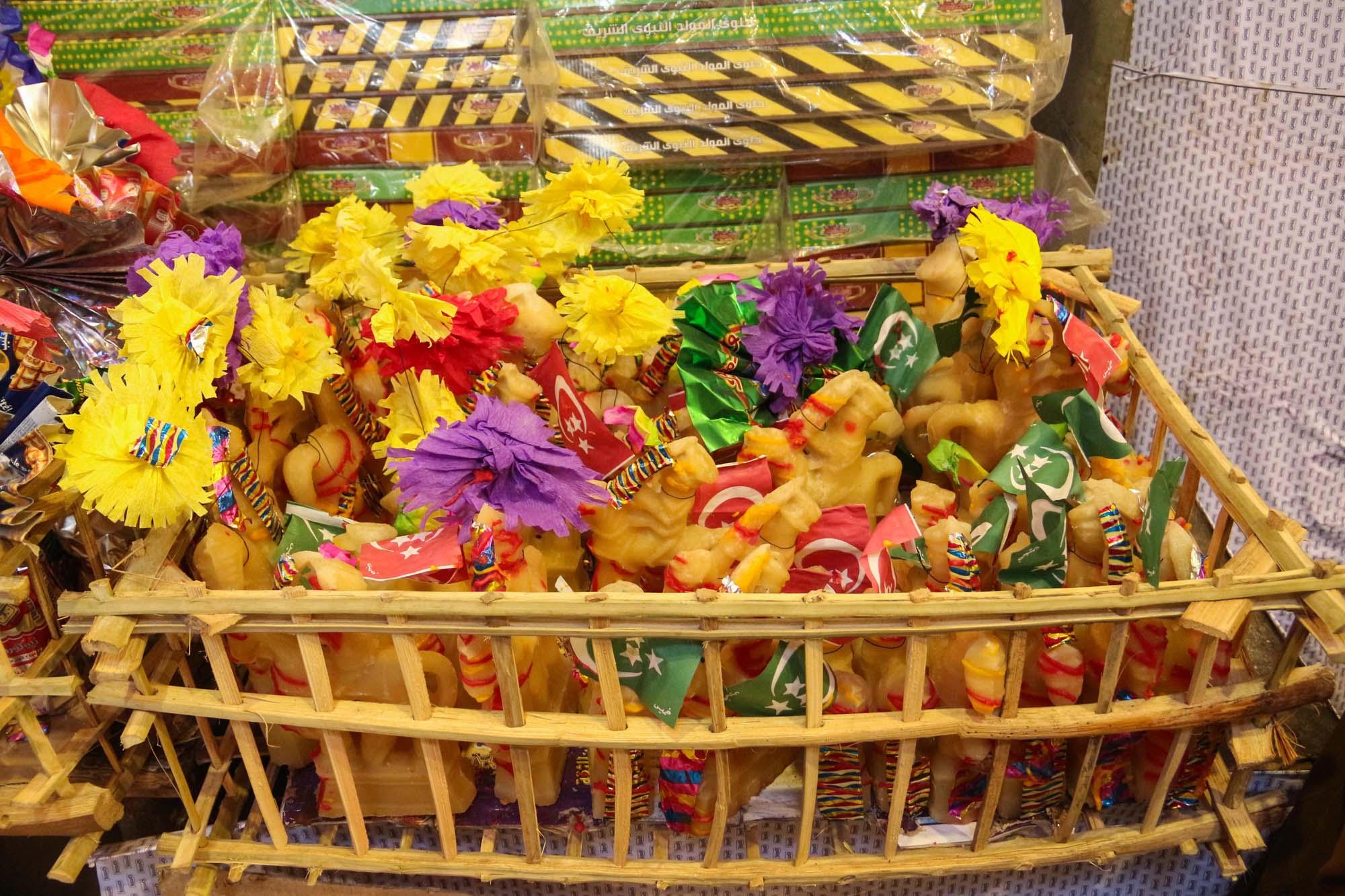 بعض المحال القليلة ما زالت تحافظ على تقليد بيع حلوى المولد كل عام - تصوير: صديق البخشونجي