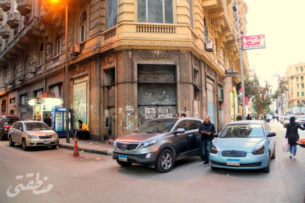 يمينًا شارع قصر النيل باتجاه ميدان طلعت حرب وفي المنتصف واجهة كافيتريا ومطعم لاباس - تصوير: صديق البخشونجي