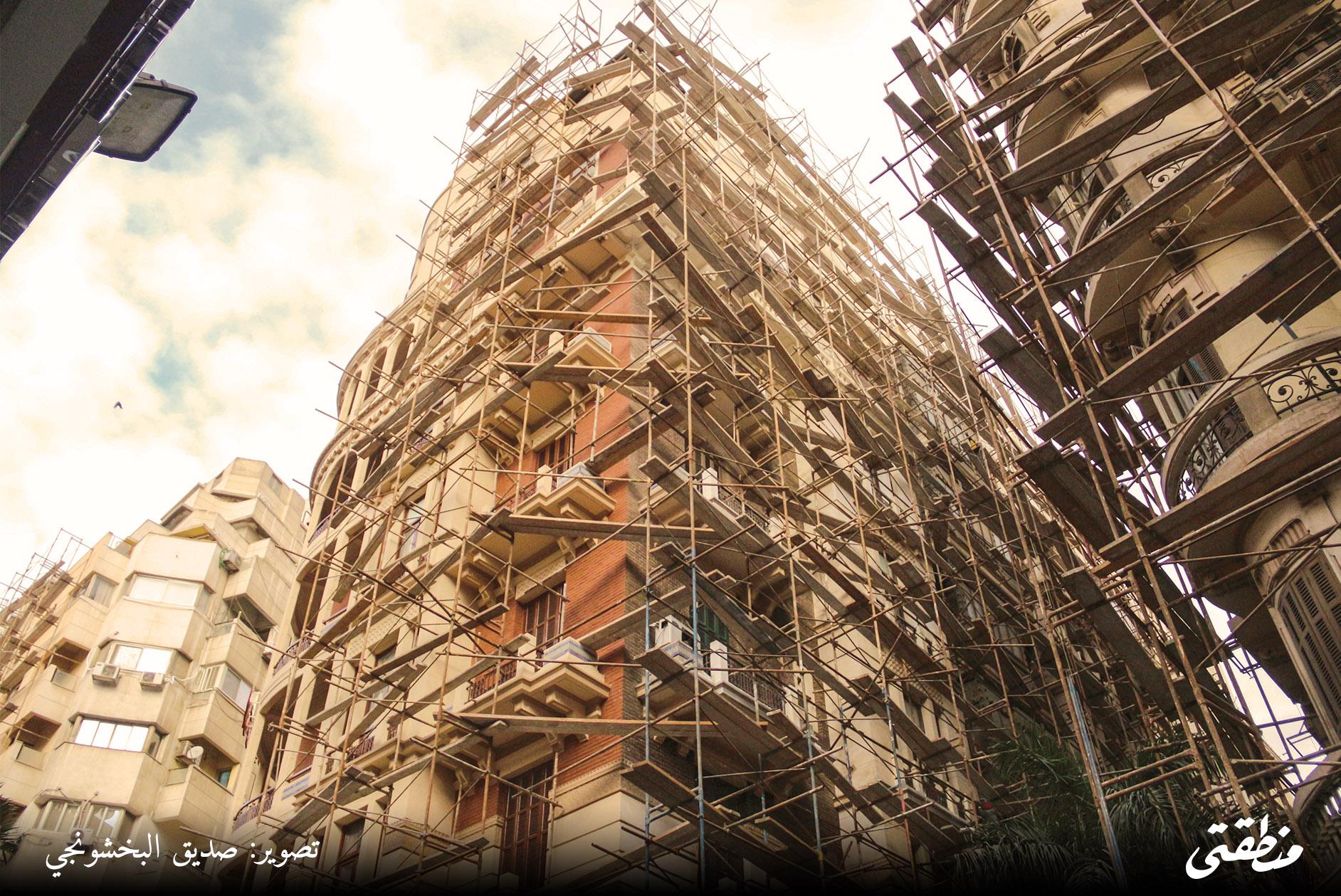فندق كوزموبوليتان أثناء عمليات ترميمه مطلع العام الجاري - تصوير: صديق البخشونجي