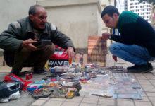 """""""عم محمد"""" يبيع بضاعته للمارة (منطقتي)"""