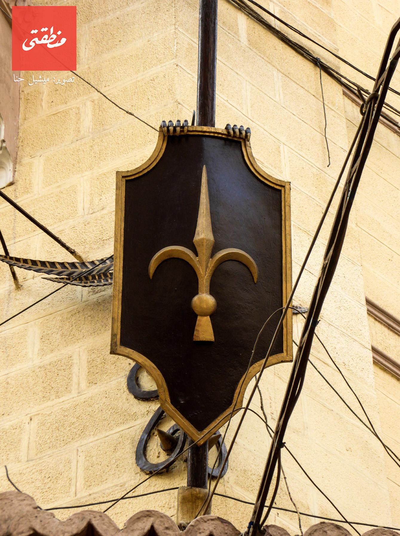 درع يزين ركن المبنى. شارع قصر النيل - تصوير ميشيل حنا
