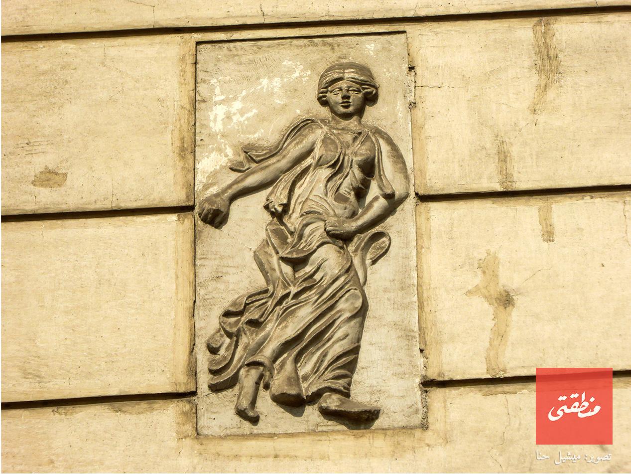 شخصية إغريقية على واجهة مسرح الجمهورية. شارع الجمهورية - تصوير ميشيل حنا