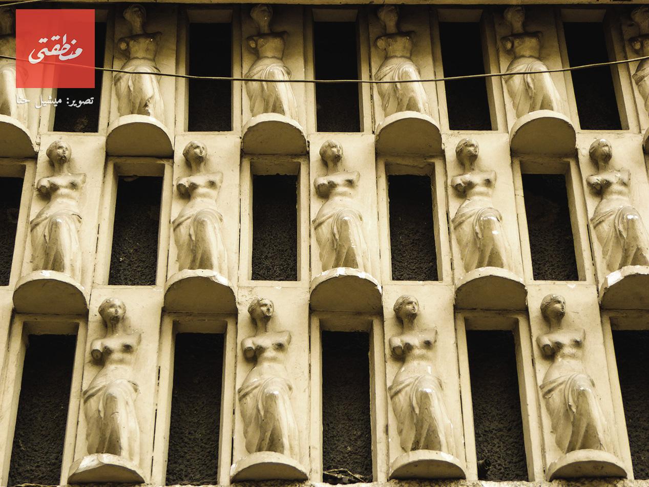 شكل متكرر لتمثال فينوس يزين جدار عمارة براين ديفيز. شارع محمد فريد - تصوير ميشيل حنا