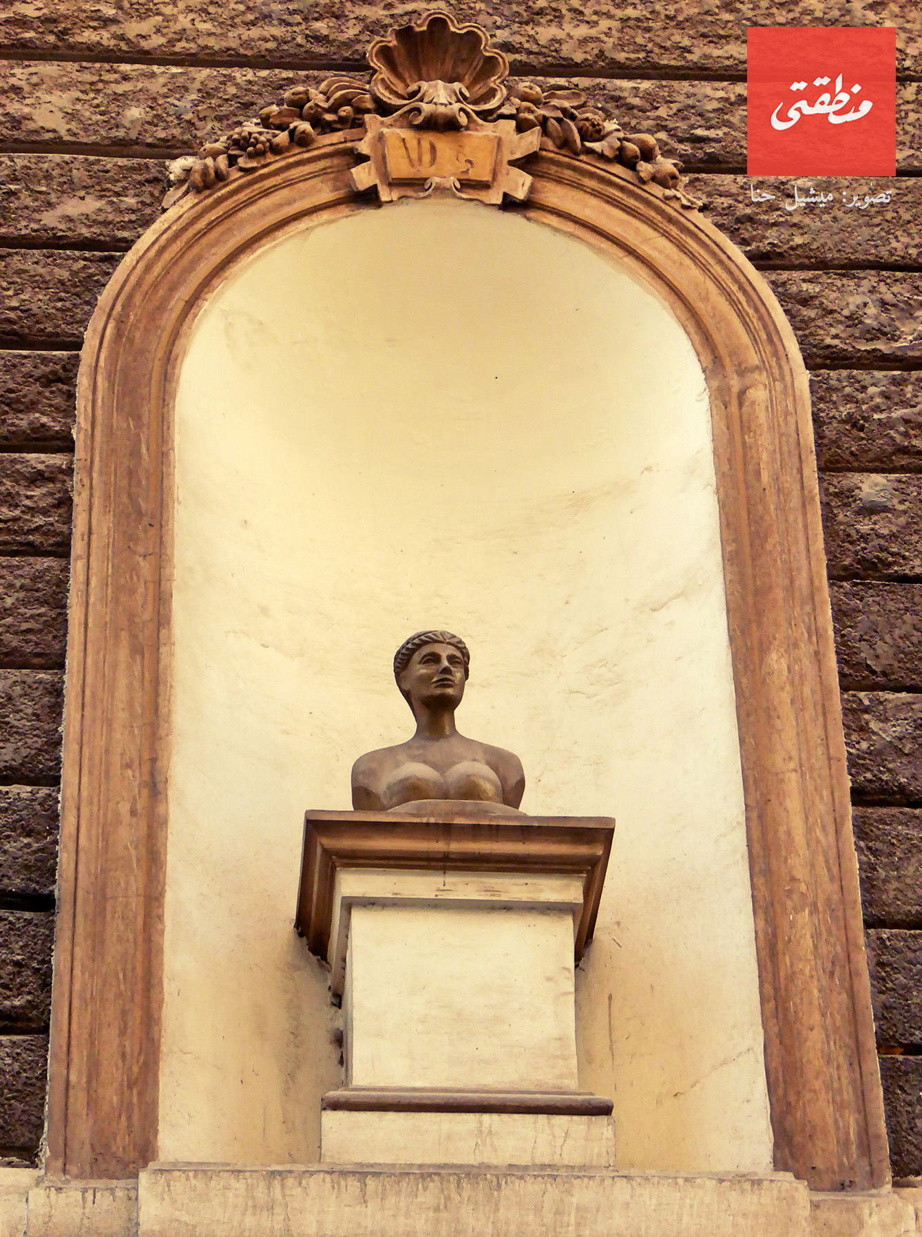 تمثال نصفي لامرأة عارية، يُزيّن واجهة عمارة قديمة تعود إلى عام 1902. تقاطع شارع قصر النيل مع حارة زغيب.