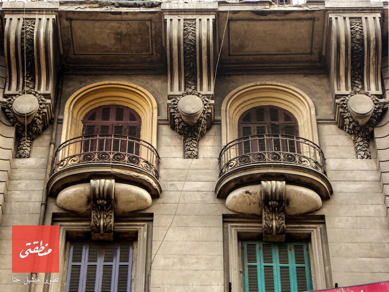 كوابيل ذات شكل مميز جدا تفصل بين الشرفات. شارع عبد الخالق ثروت.