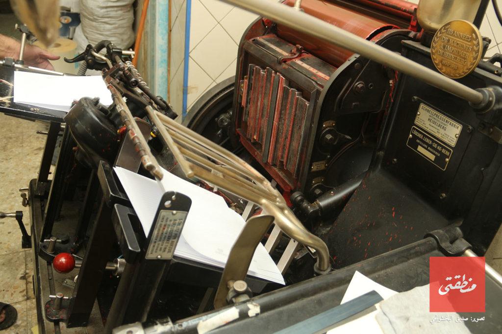 احدى الماكينات القديمة المتواجدة بمطبعة يونيفيرسال