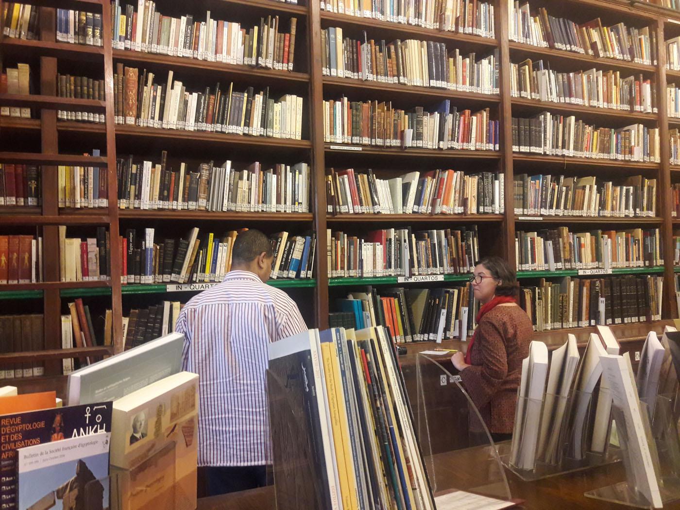 أكثر من 12 ألف كتاب تضمها مكتبة المعهد