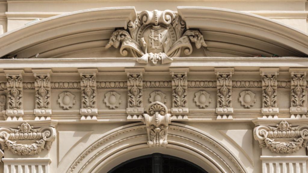 نقش الاحرف الاولى لاسم المالك الاول للمبنى بعد الترميم - المصدر شركة الإسماعيلية