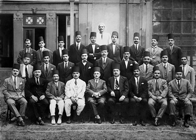 صورة نادرة، تجمع بعض موظفي وعمال مطبعة بولاق، ويتوسطهم إميل فورجيه مدير المطبعة من سنة 1924م إلى 1926م - المصدر: مكتبة الإسكندرية