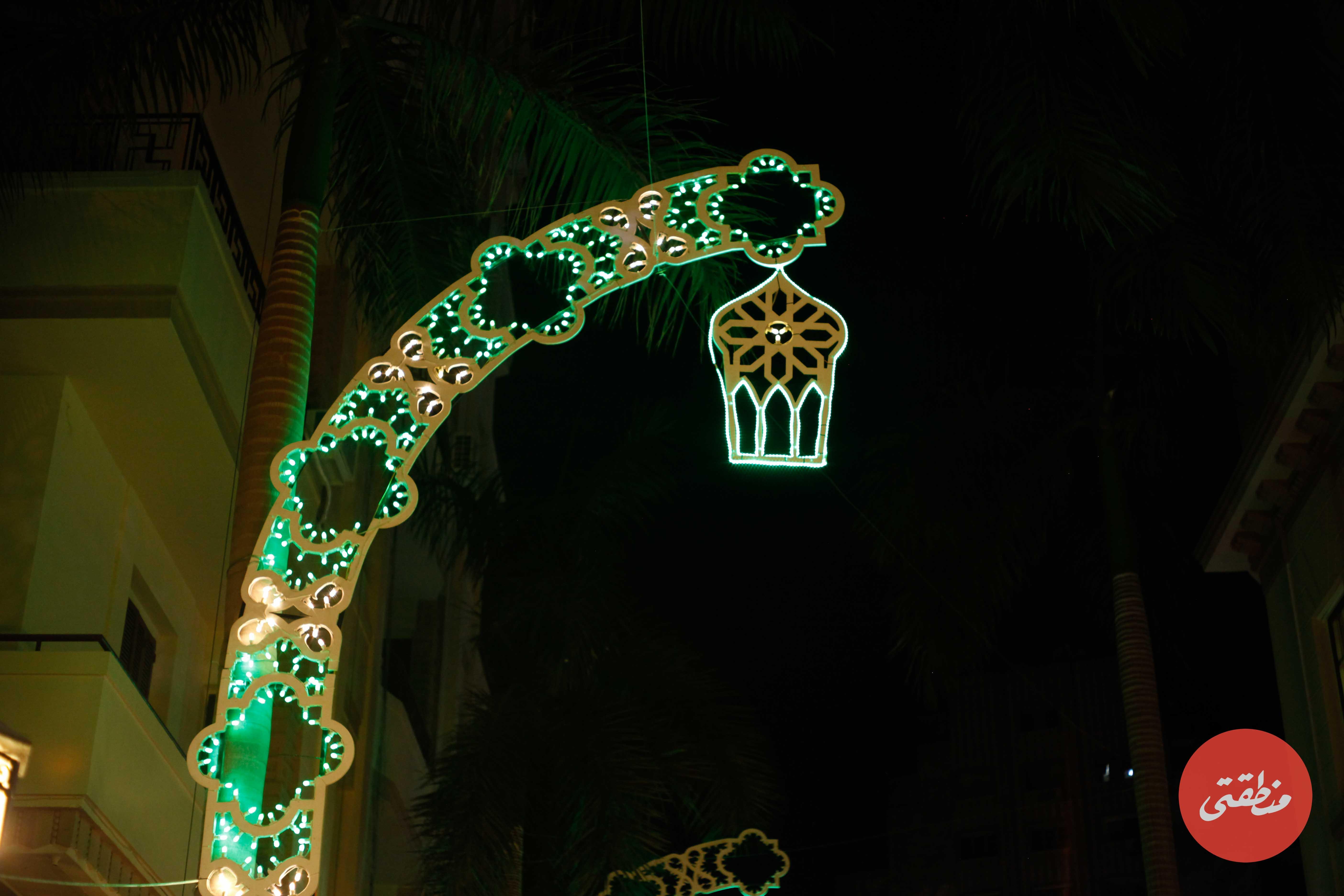 استبدلت شركة «فانيولو» للإضاءة الوسام الملكي الذي كان يزين نخيل شارع الشريفين منذ افتتاحه الشهر الماضي، ووضعت بدلًا منه فوانيس رمضان