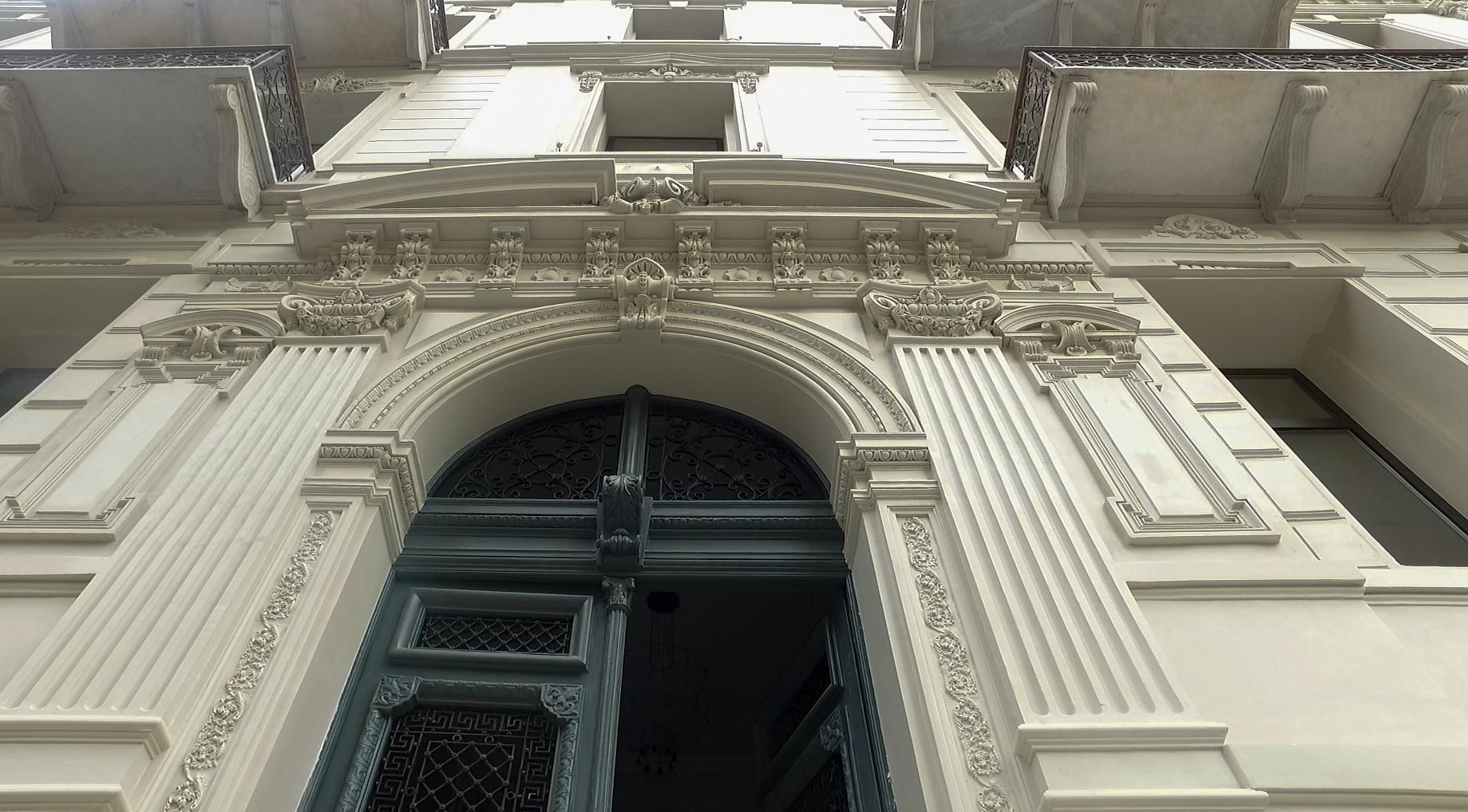 مدخل فندق فينواز، المملوك لشركة الإسماعيلية، من الخارج بعد ترميمه - تصوير: عبد الرحمن محمد