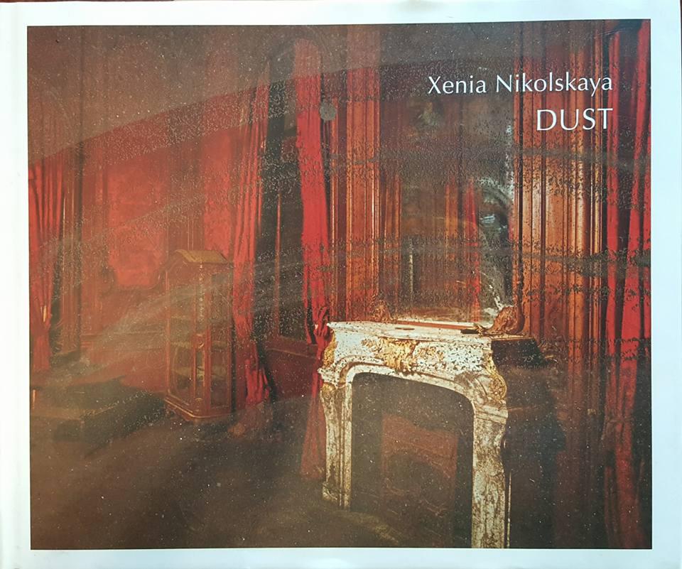 """غلاف كتاب """"تـــــراب"""" أو DUST تاريخ قصور ملكية في مختلف أنحاء مصر - المصدر: زينيا نيكولسكايا"""