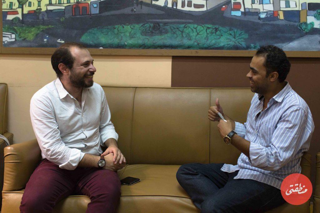 يحيى وجدي رئيس تحرير منطقتي خلال حواره مع الدكتور مجيب الرحمن عامر - تصوير - عبد الرحمن محمد
