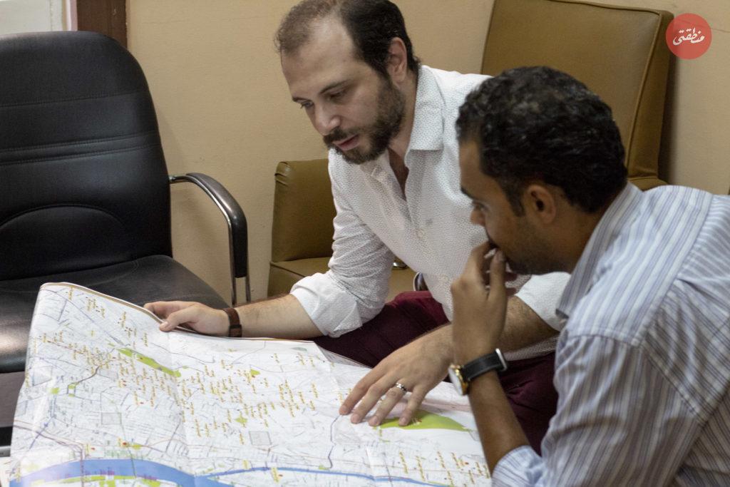 مجيب الرحمن يشرح بعض النقاط أثناء الحوار - تصوير: أحمد جمال
