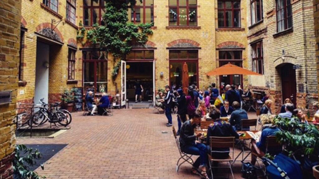 استغلال الفراغات العامة الداخلية للمبانى كامتداد للمقاهى – برلين