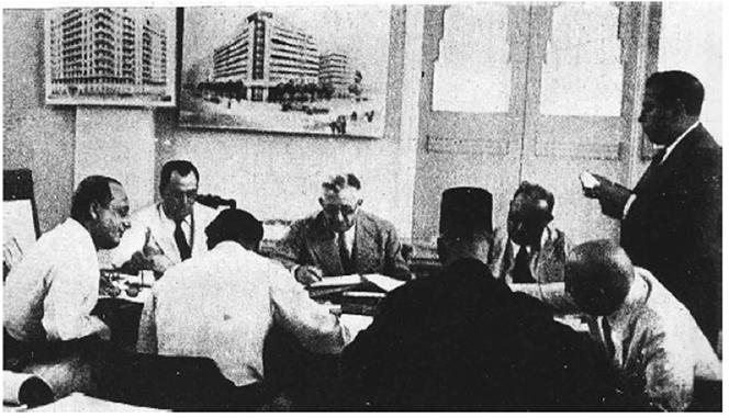 لجنة تحكيم المسابقة أثناء مناقشة المشروعات المقدمة - المصدر مجلة العمارة عدد 7 و8 المجلد الثاني - 1940