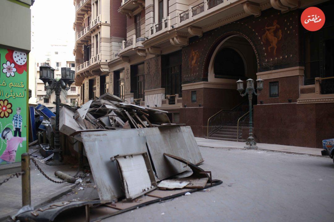 اللافتات التي تم ازالتها على مدار الشهرين الماضيين تم وضعها هنا في البورصة أمام مدخل فندق كوزموبوليتان التاريخي - تصوير - عبد الرحمن محمد