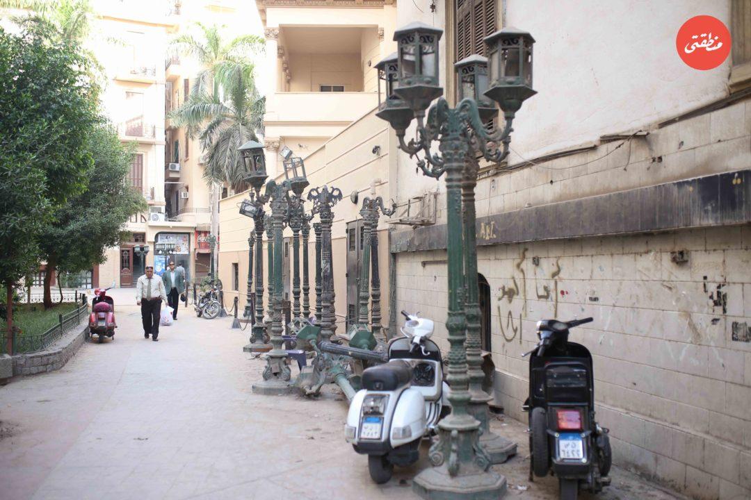 منذ تطوير شارع الشريفين نهاية أبريل الماضي تُركت هذه الأعمدة هكذا رغم قيمتها - تصوير - عبد الرحمن محمد