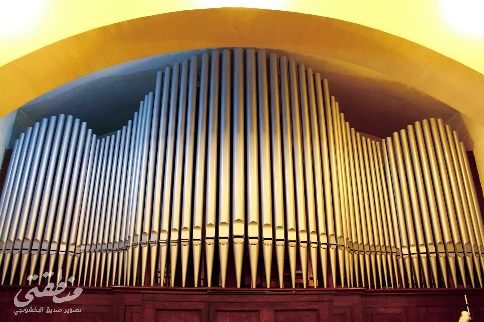 آلة الأرغن الموسيقية داخل الكنيسة الألمانية